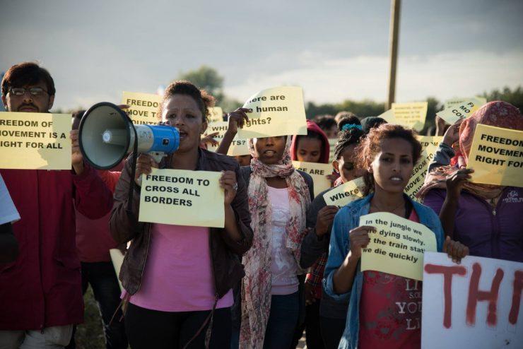 Baby, ancienne avocate, réfugiée à Calais, organise des manifestations de femmes pour politiser « la Jungle » et organiser le camp.