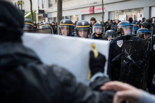 Faces à faces tendus entre les manifestant.es et la police qui réprime.