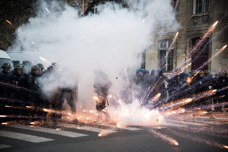 Manifestation contre la loi travail, la ligne de CRS reçoit un feu d'artifice dans les boucliers